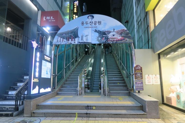 釜山タワーへと続くエスカレーター