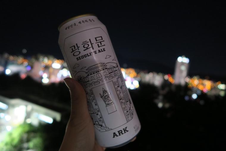 釜山タワーと夜景を眺めながらひとり野外でビールをごくり<釜山ひとり ...