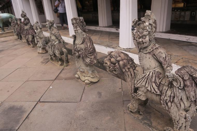 回廊前の石像