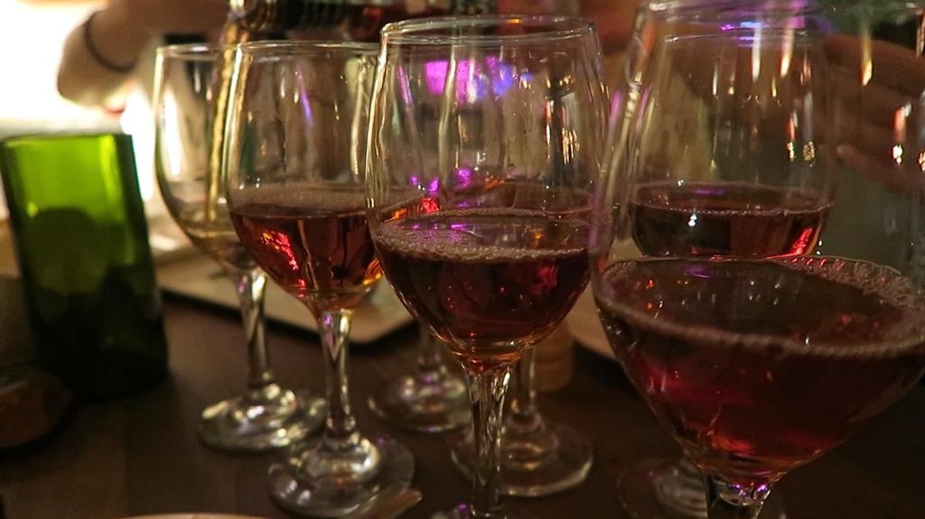 ピンクワインを注ぐ