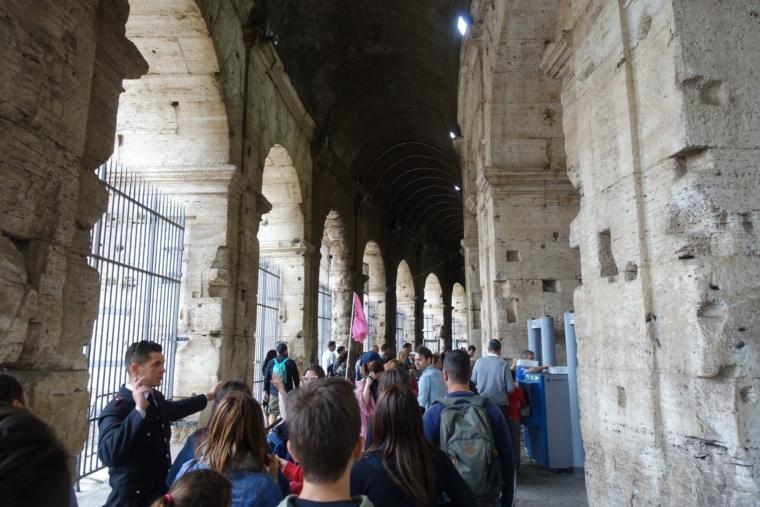 コロッセオ内の列