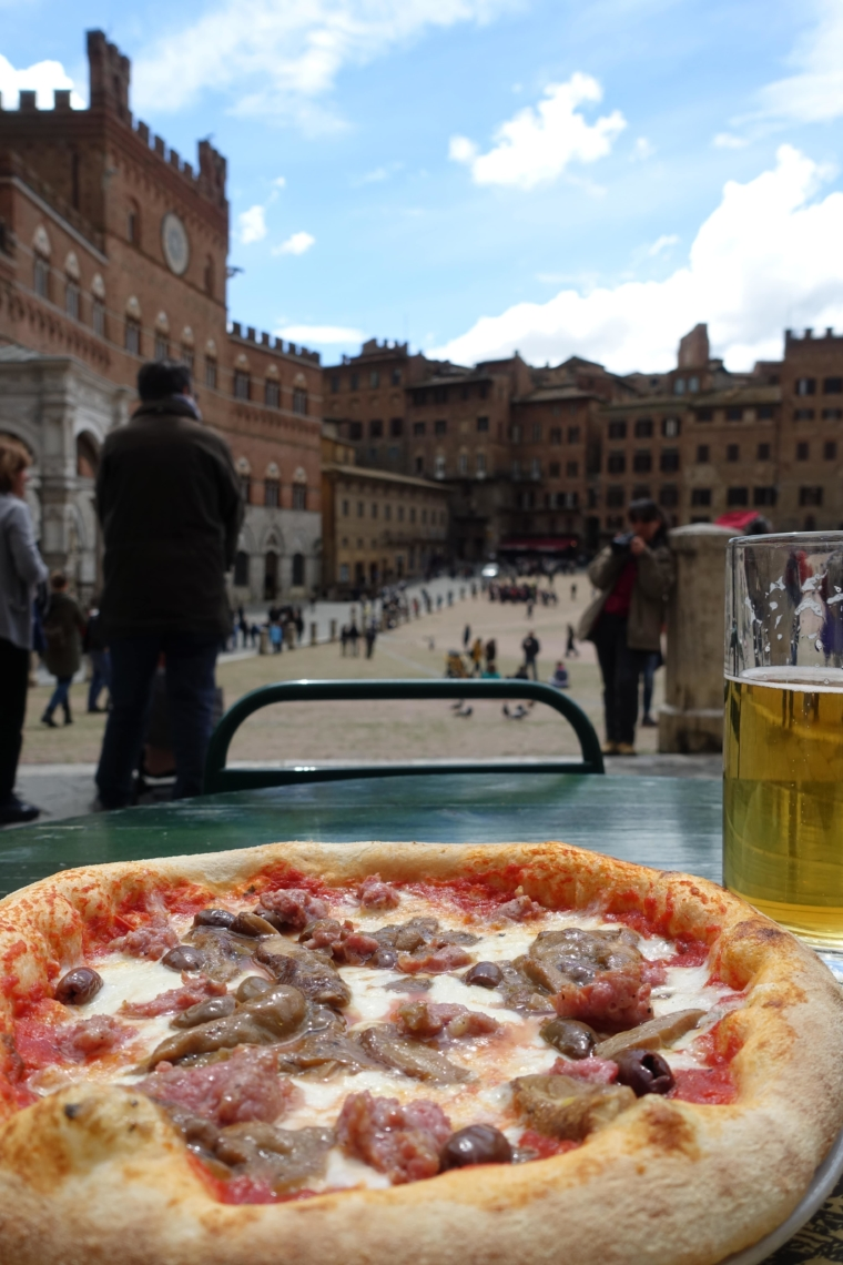 Piazza-del-Campo-and-pizza